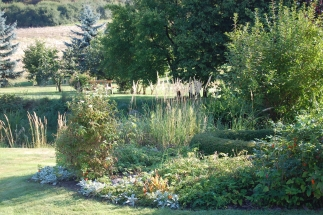Garten mit Schwedenbank im hinter dem Teich