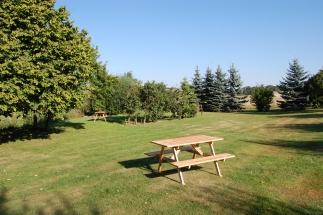 Schwedenbänke stehen in unserem Garten