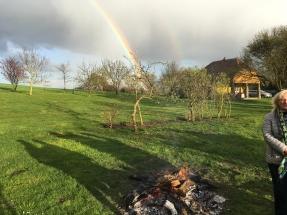 Regenbogen über dem Osterfeuer